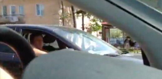 Video: Neredzamais cilvēks mācās braukt ar auto