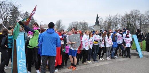 Rēzeknieši valsts svētkus atzīmē piedaloties skrējienā 'Ieelpo Rēzekni'