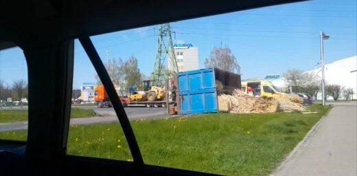 Video: Imantā apgāžas kravas auto ar kokmateriāliem