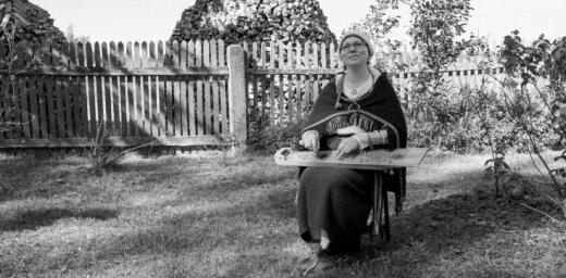 'Dzīvoju vectēva celtā mājā un spēlēju etnogrāfisko kokli'