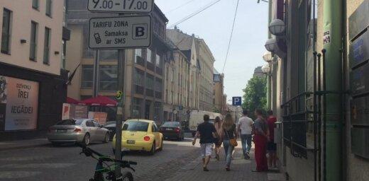 Video: Rīgā nodeg BMW markas auto