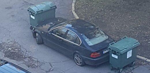 ФОТО: В Пурвциемсе водителя проучили с помощью мусорных контейнеров