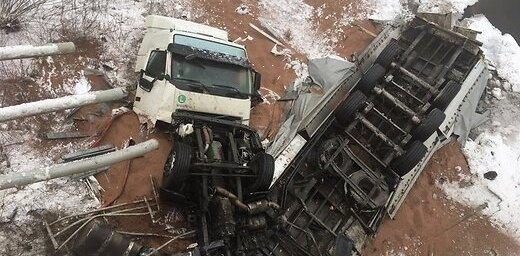 Lietuvā autovadītājs brīnumaini izglābjas, fūrei nokrītot no tilta