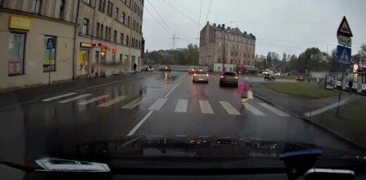 ВИДЕО: Водитель в последний момент заметил ребенка на дороге