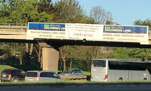 ФОТО: Провокационный плакат на путепроводе Островного моста