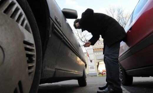 Pārbaudot automašīnu, policija noķer autozagli