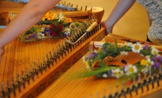 Latvija Briseles Mūzikas instrumentu muzejam dāvina latviešu kokli