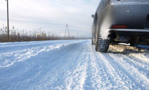 Sniegs kavē satiksmi visā Latvijā; Kurzemē vietām līst