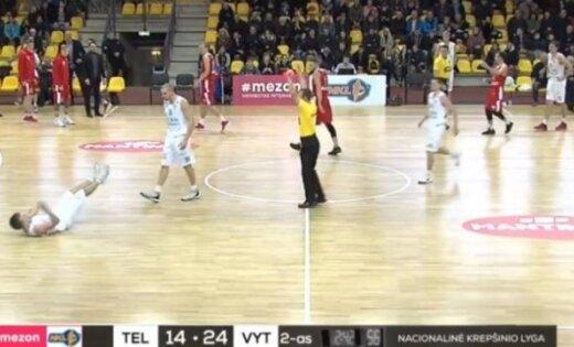 Video: Lietuvā basketbolists 'izslēdz' komandas biedru