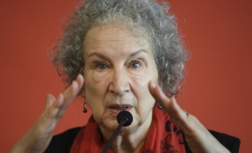 Mārgareta Atvuda: Šobrīd vairāk nekā jebkad esam pietuvojušies trīsdesmito gadu totalitārismam