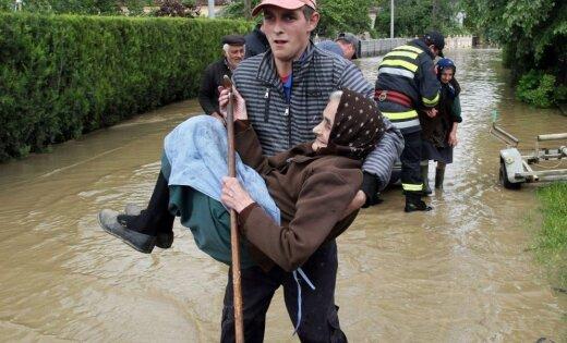 Horvātijas futbola izlase daļu prēmijas ziedo Balkānos plūdos cietušajiem
