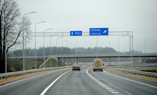 Uz Tīnūžu šosejas avarē trīs automašīnas; satiksme atjaunota