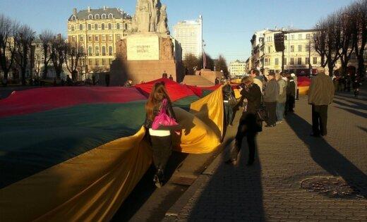 Kā lietuvieši savā karogā 'ietina' Brīvības pieminekli