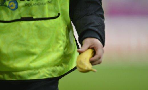 Banāna izmešanu un citas horvātu fanu izdarības izmeklēs UEFA