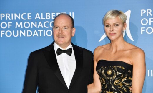 Monako princis un princese žilbina labdarības ballē