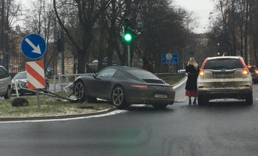 Foto: 'Porsche 911' ietriecies Gogoļa ielas norobežojošā barjerā
