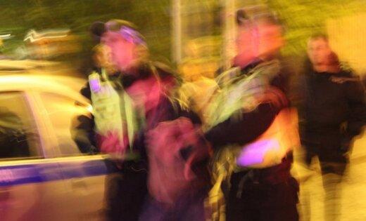 Голого мужчину привязали к столбу видео фото 584-291