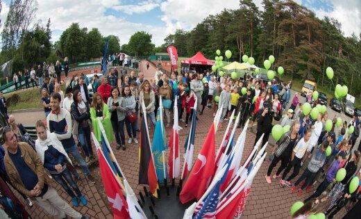 Foto: Svinīgi atklāts topošo tenisa zvaigžņu turnīrs 'Riga Open'