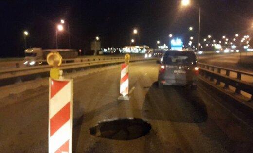 ФОТО: На съезде с Южного моста образовалась глубокая яма
