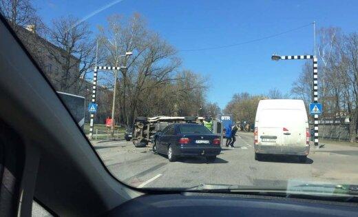 ФОТО, ВИДЕО: На улице Даугавгривас столкнулись BMW и микроавтобус