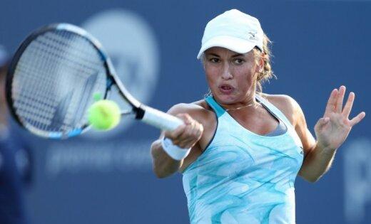Video: Tenisiste Putinceva treneri nosauc par pamuļķi