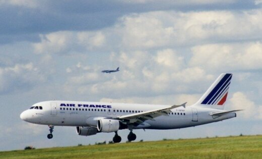 Пилоты Air France слили десятки тонн горючего на лес под Парижем