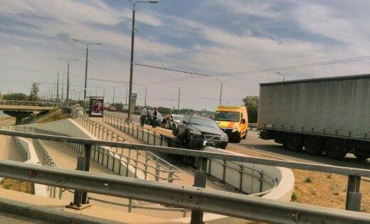 Foto: Avarējis 'Volvo' pārkaras pāri Salu tilta nobrauktuves malai