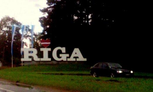 ФОТО: Надпись Rīga на въезде в столицу вновь претерпевает изменения