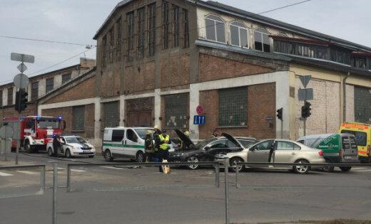 Video: Valmieras ielā saskrējušies divi 'Volkswagen'
