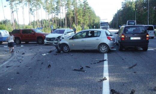 Водитель Renault не уступила дорогу: столкнулись четыре авто