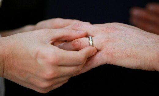 Vīrieti lūdz notiesāt par fiktīvu laulību organizēšanu ar trešo valstu pilsoņiem