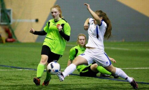 Foto: Pirmoreiz īpašā Pavasara kausa turnīrā pulcējušās U-16 meiteņu futbola komandas