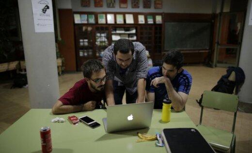 Kataloņi ieņem vēlēšanu iecirkņu ēkas un pulcējas pēdējā mītiņā