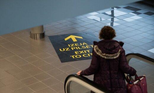 Lidostā 'Rīga' aiztur meklēšanā izsludinātu sievieti