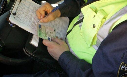Штрафы за дрифт и телефон в руке: в Латвии вступают в силу новые штрафы для водителей