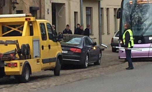 """ФОТО: """"Криво"""" припаркованная Audi блокировала движение трамваев на улице Барона (дополнено в 19.17)"""