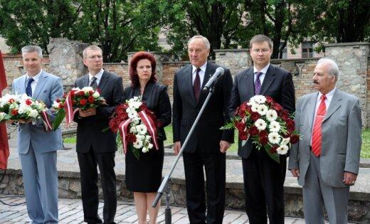 Ebreju kopiena un valsts augstākās amatpersonas piemin genocīda upurus; daži cilvēki piketē