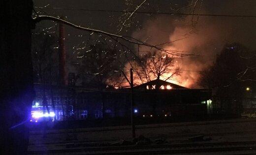 ФОТО: В Засулауксе огонь уничтожил бывшую текстильную фабрику