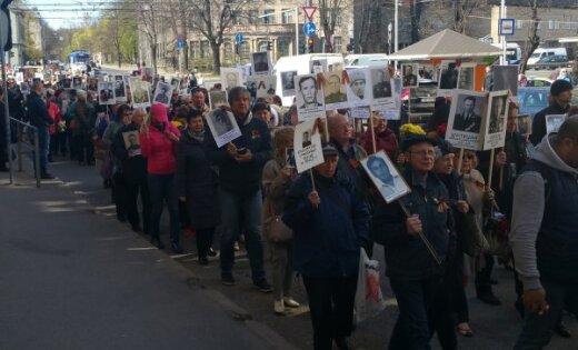 """ВИДЕО, ФОТО: В Риге тысячи людей вышли на акцию """"Бессмертный полк"""""""
