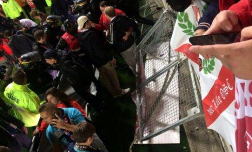 Francijas stadionā sabrūkot barjerai, ievainoti 29 futbola līdzjutēji