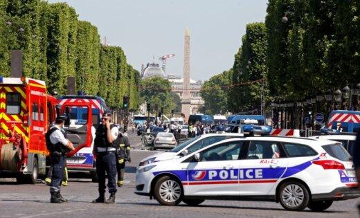 В центре Парижа автомобиль протаранил машину полиции и взорвался; водитель погиб