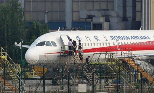Пилот китайского авиалайнера едва не вылетел из кабины на высоте 10 км