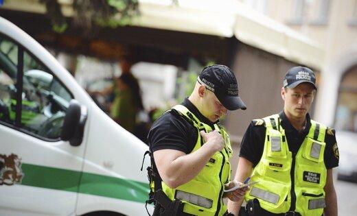Bezvēsts pazudusi jauniete gandrīz paskrien zem policijas mašīnas