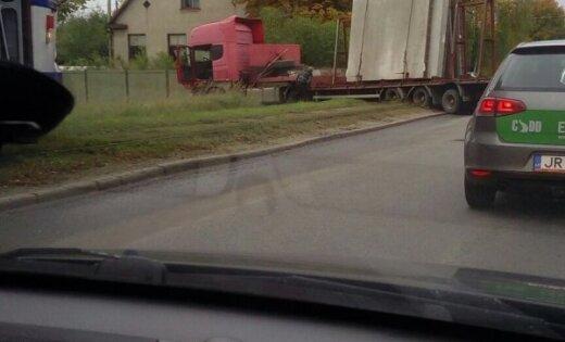 ФОТО: На улице Баускас на трамвайных путях застрял грузовик; изменен маршрут 10-го трамвая