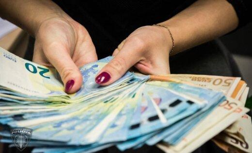 Brasā sieviete mēģina sirmgalvei nolaupīt rokassomiņu ar 1400 eiro