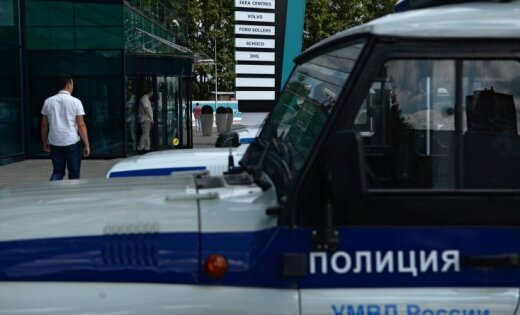 Вцентральной части Москвы мужчина скоробкой нашее грозит подорвать банк