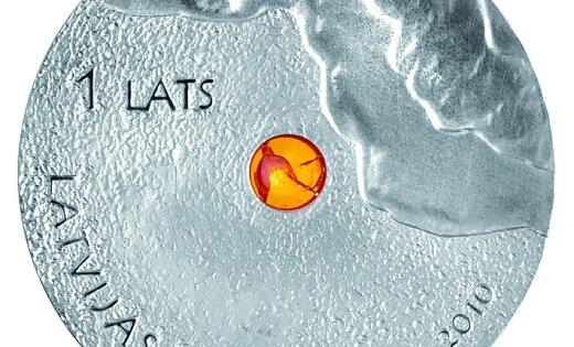 Банк Латвии выпустил лат с кусочком янтаря