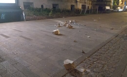 ФОТО: С крыши Экономического факультета ЛУ на тротуар падают камни