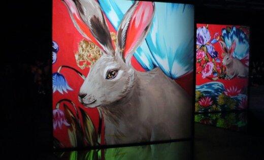 Foto: Kad gleznās plaukst puķes un truši lido – Rīgā atklāta neparasta izstāde