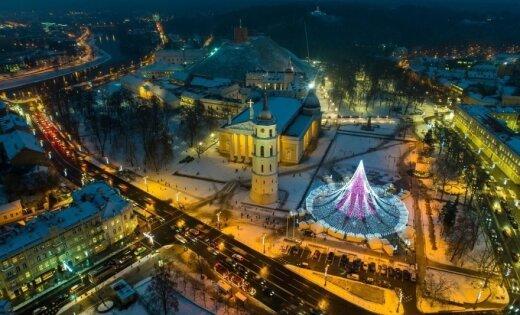 'Delfi' lasītāji par skaistāko Baltijas valstu eglīti atzīst Lietuvas svētku kociņu